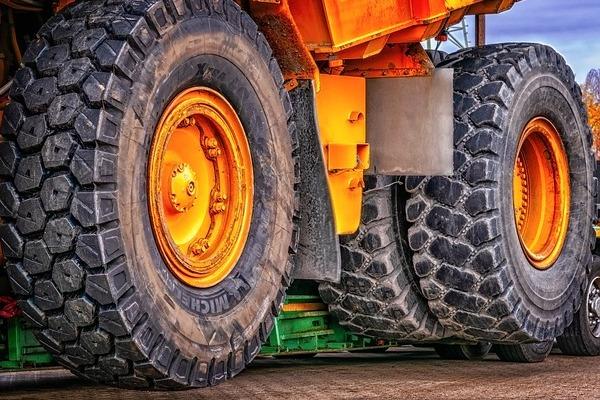 גלגלי משאית גדולה