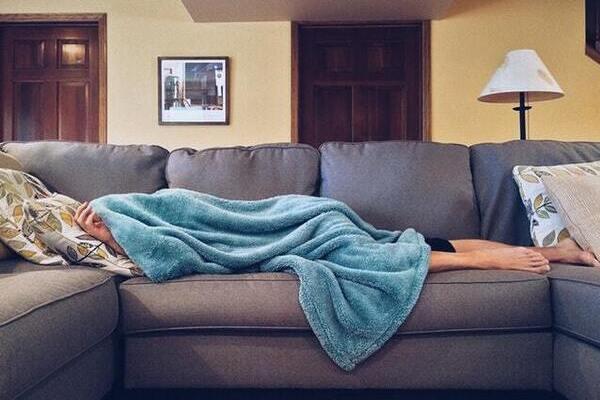 לא רוצה להיות חולה, לשכב על הספה בבית מכוסה בשמיכה/ איך להבריא משפעת מהר?