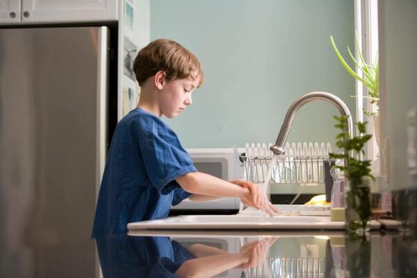 ילד שוטף ידיים עם סבון